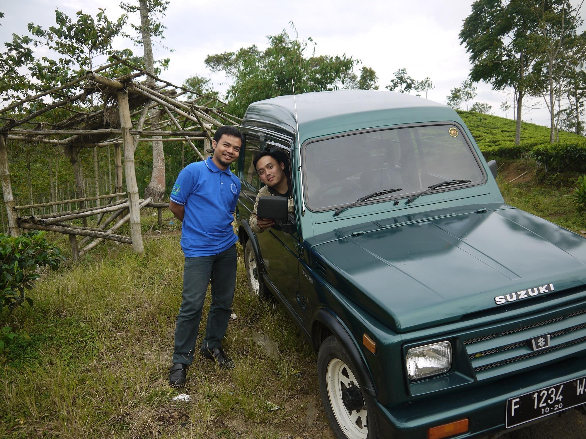 Berfoto di sekitar pal 1 situs Gunung Padang (by Mike Adcock)