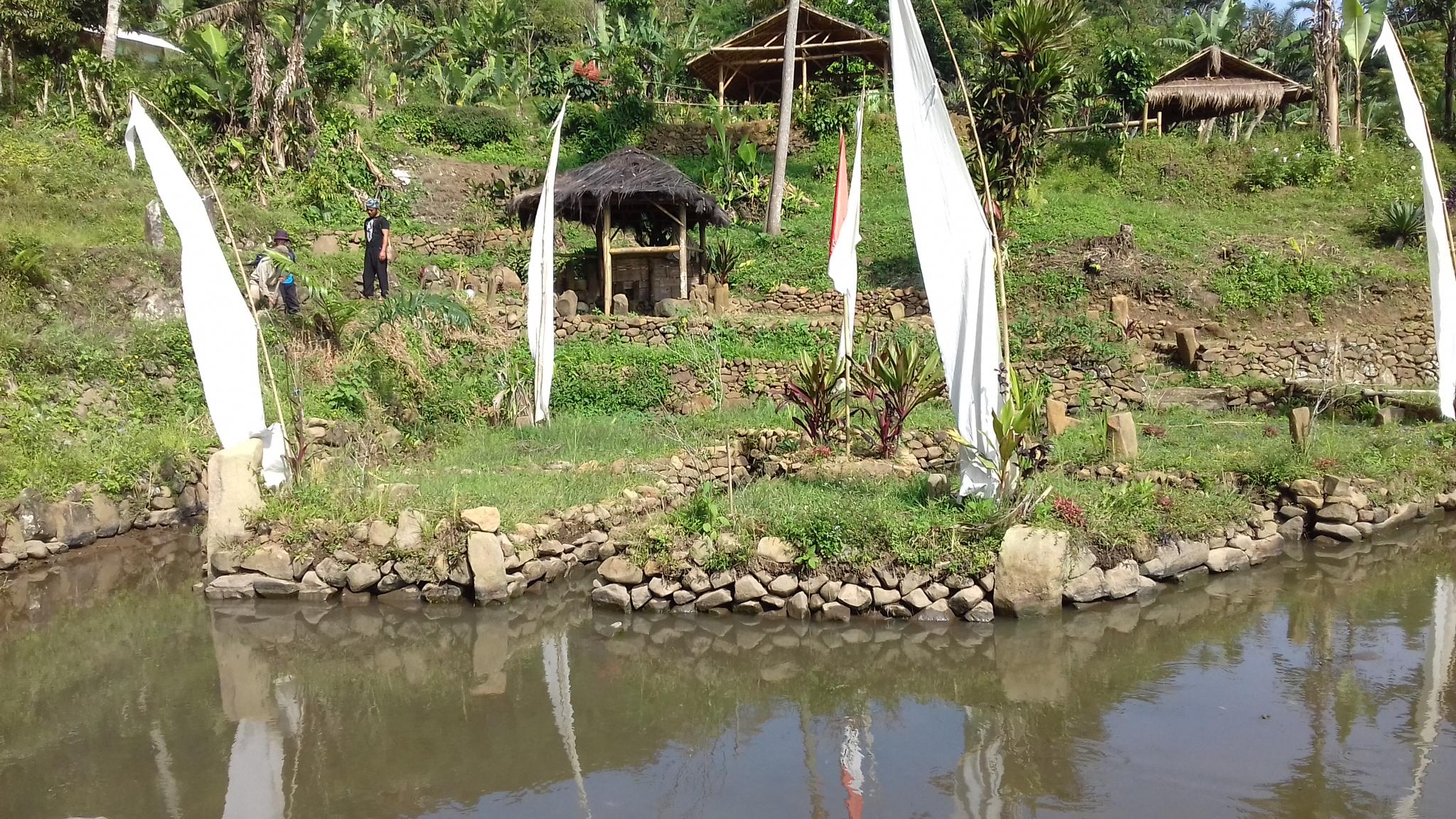 Kolam kuno dengan sumber mata air  di bukit dekat situs Gunung Padang.